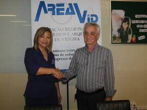 Carla Hasegawa presidente eleita e Valdir Schneider ex-presidente AREAVID